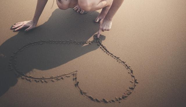 砂浜でハート