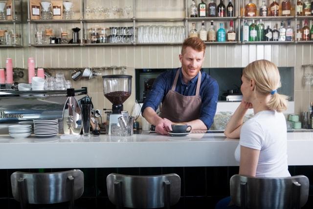 カフェの男性店員と女性客