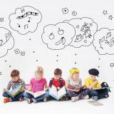 創造力を働かせる子供たち