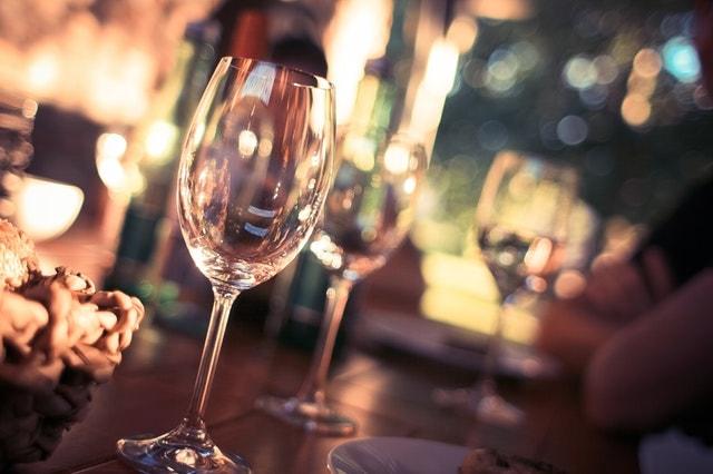 カウンターの上に並ぶワイングラス