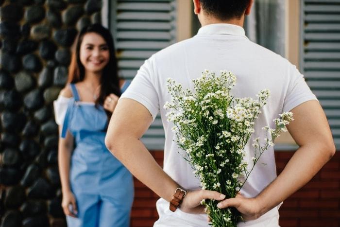 花束のサプライズをする男性