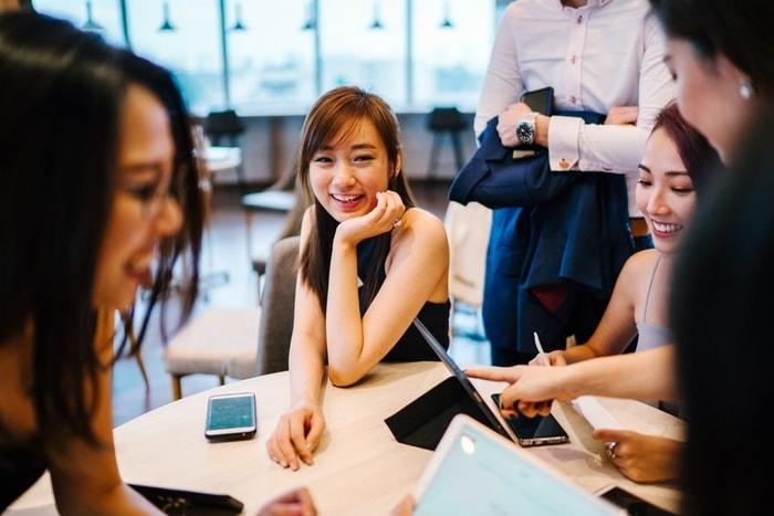カフェで会話する若い男女