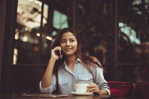 ひとりでお茶する女性